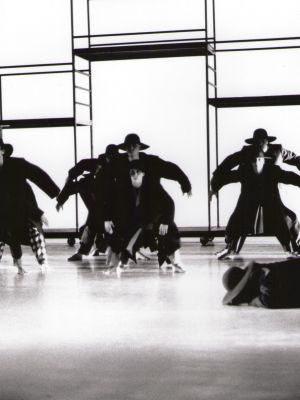 1-die-fremde-mit-ballett-ensemble